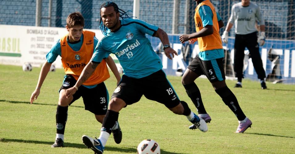 Carlos Alberto volta aos treinamentos pelo Grêmio após liberação (11/04/2011)