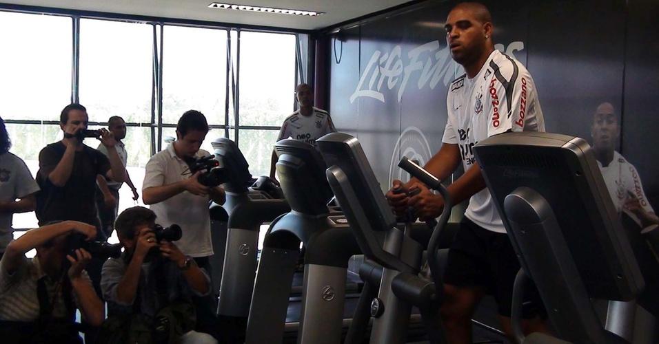 Imprensa registra imagens do primeiro treino de Adriano no Corinthians