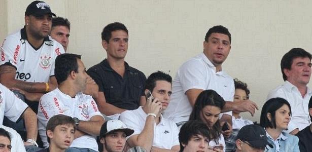 Adriano e Ronaldo assistem ao jogo do Corinthians no Pacaembu