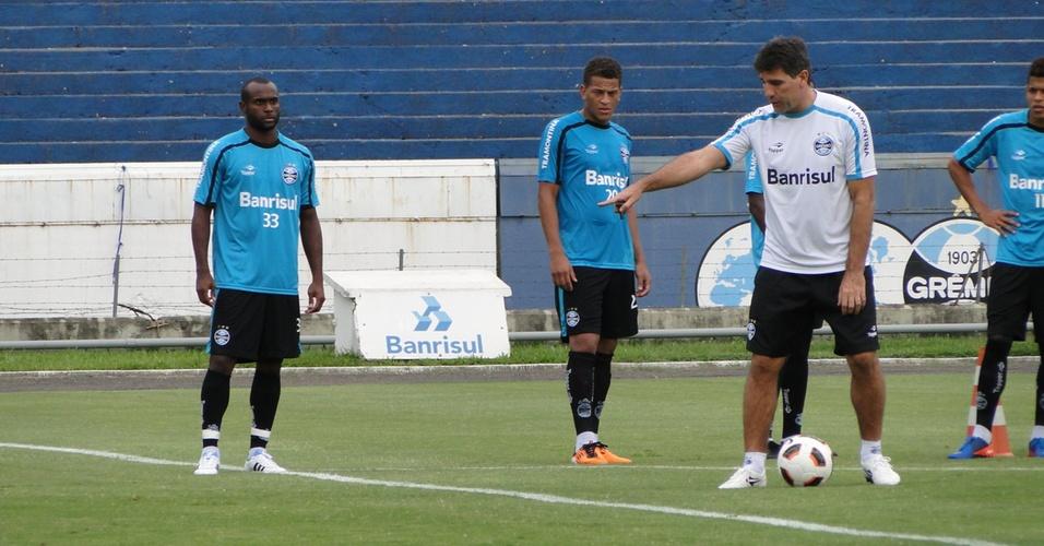 Renato Gaúcho orienta jogadores do sistema ofensivo do Grêmio (12/04/2011)