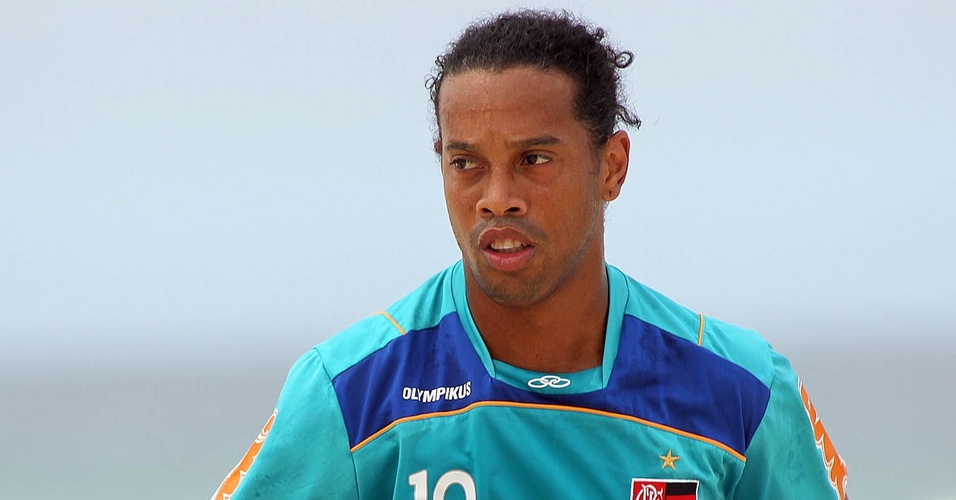 Ronaldinho Gaúcho corre em treino do Flamengo na praia da Barra (13/04/2011)