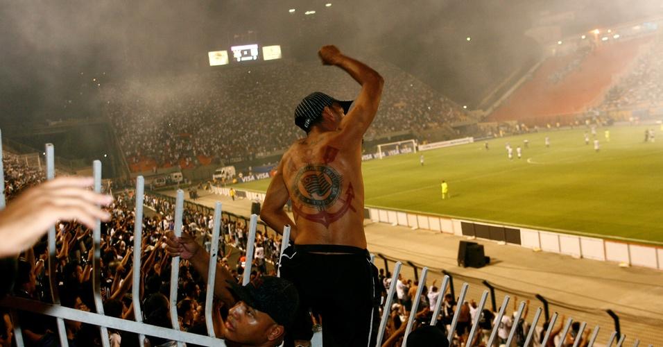 Corinthians x Racing: torcedor corintiano vibra durante partida disputada no estádio do Pacaembu, pela Libertadores (24/02/2010)