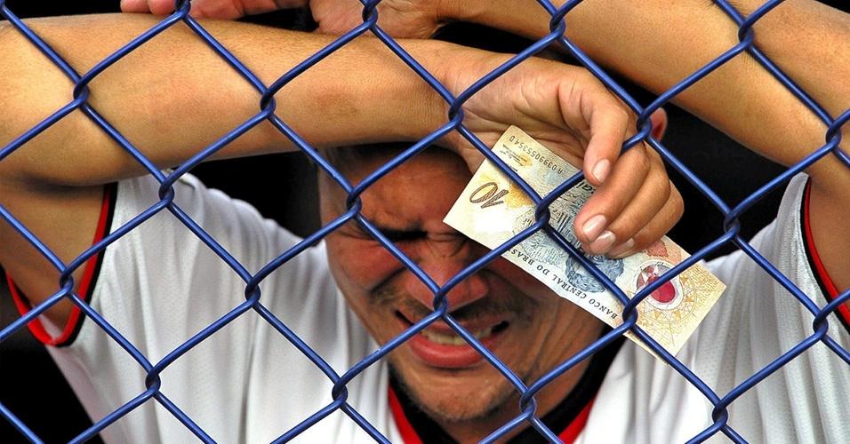 Criticando jogadores com uma nota de R$10 na mão, torcedor do Flamengo chora após derrota no Brasileiro (25/11/2001)