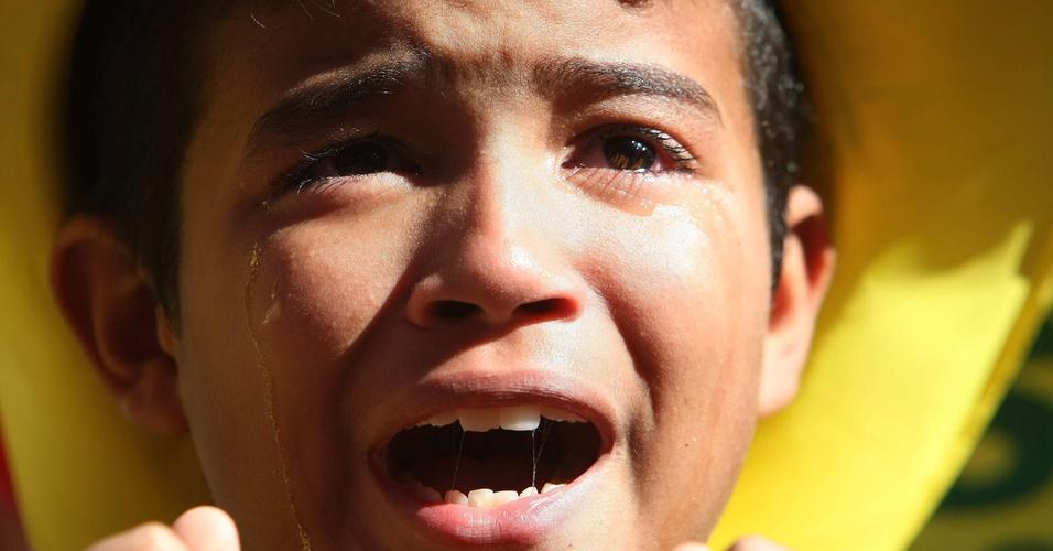 Garoto que assistia ao jogo na praia de Copacabana, no Rio, chora após a derrota da seleção brasileira para a Holanda na Copa-2010