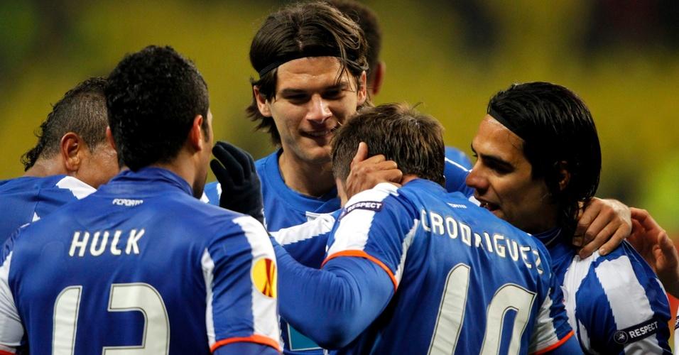 Hulk e companheiros do Porto comemoram gol na vitória contra o Spartak, avançando à semifinal da Liga Europa