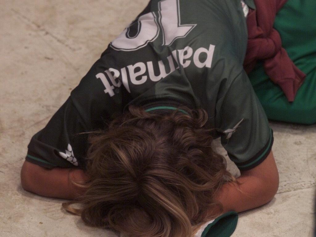 No Mundial de Clubes de 1999, torcedor chora ao ver a derrota palmeirense diante do Machester United em um telão na quadra da sede da torcida Mancha Alviverde, em São Paulo