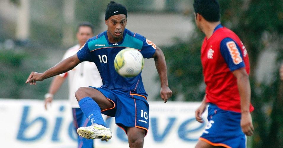 Ronaldinho Gaúcho participa de treino do Flamengo no Ninho do Urubu (14/04/2011)