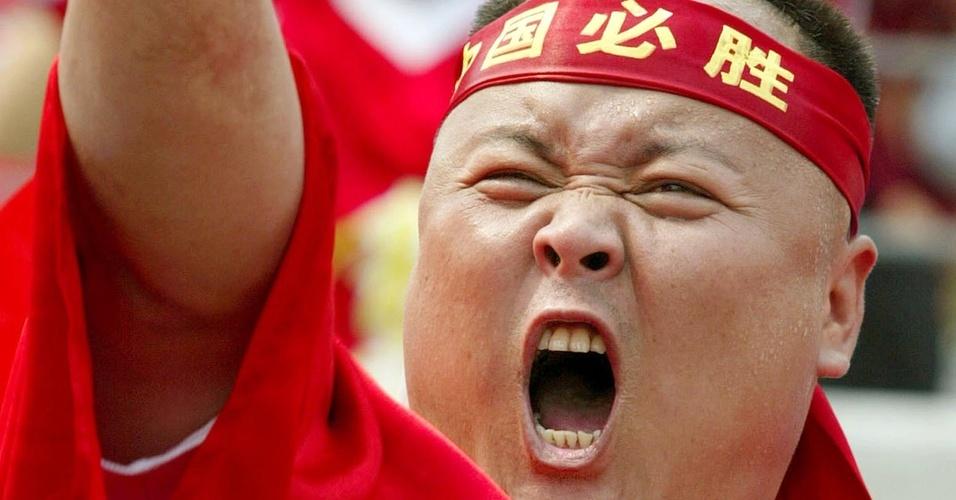 Torcedor chinês vibra na primeira partida da seleção da China no Mundial de 2002 (04/06/2002)