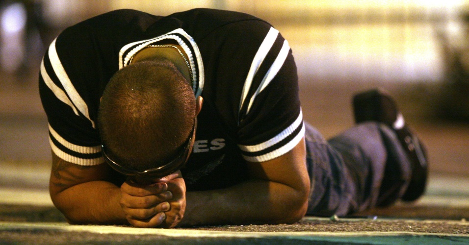 Torcedor do Corinthians se desespera na partida em que a equipe foi rebaixada no Brasileiro (02/12/2007)