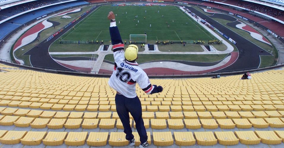 torcedor do Santa Cruz vibra com ataque de seu time em jogo contra o São Paulo, na Copa João Havelange