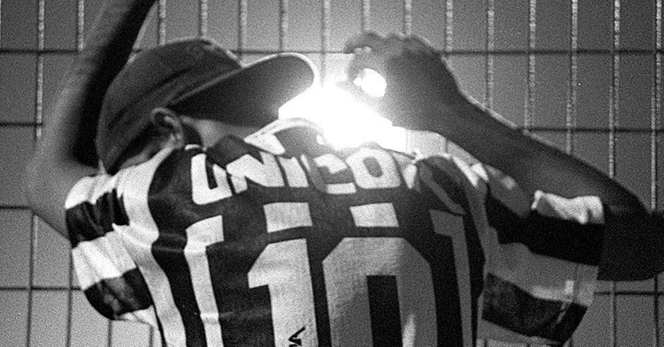 Torcedor santista chora após o jogo Santos e Botafogo, no Pacaembu, que terminou com empate em 1 a 1 e título da equipe cariocano Brasileiro de 1995 (17/12/1995)