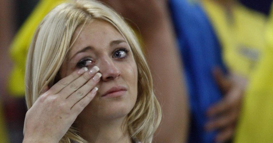 Torcedora chora depois da vitória da seleção da Itália por 3 a 0 sobre a seleção da Ucrânia na Copa-2006 (30/06/2006)