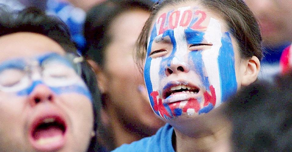 Torcedora japonesa chora depois de a seleção do Japão ter sido eliminada pela Jamaica na Copa de 1998