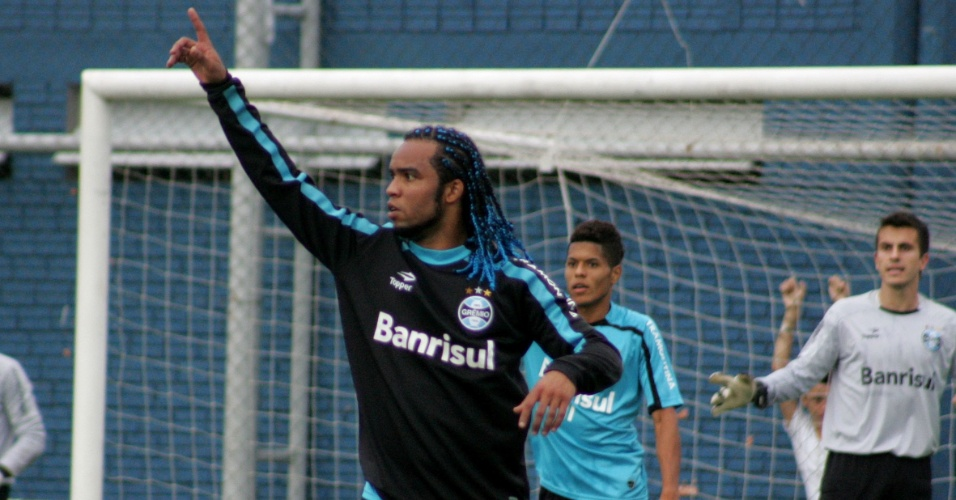 Carlos Alberto gesticula em treinamento gremista nesta sexta-feira (15/04/2011)