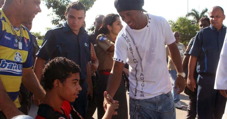 Ronaldinho Gaúcho chega ao Hospital Adão Pereira Nunes, em Saracuruna, onde visitou um dos sobreviventes do massacre da Escola Municipal Tasso da Silveira, em Realengo (15/04/2011)