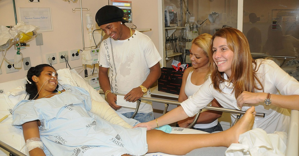Ronaldinho Gaúcho e Patrícia Amorim visitam vítima do massacre em Realengo (15/04/2011)