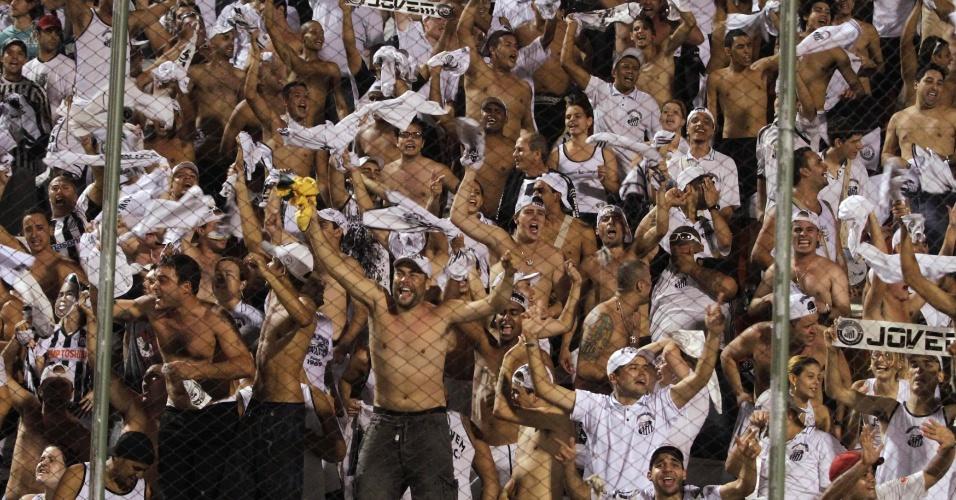 Torcedores do Santos fazem festa após gol da equipe contra o o Cerro Porteño (14/04/2011)
