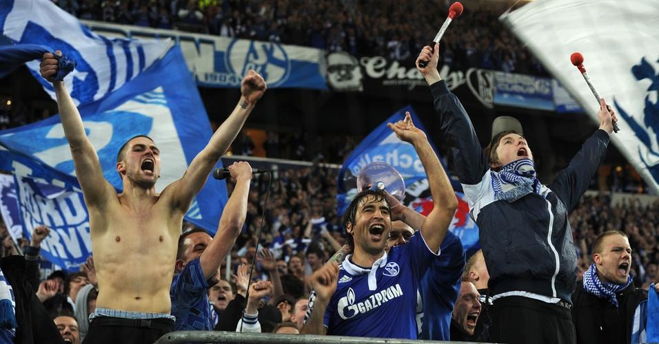Torcedores do Schalke 04 ganham a companhia do jogador do time Raúl na comemoração da classificação da equipe às semifinais da Liga dos Campeões (13/04/2011)