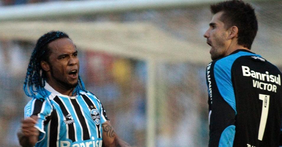 Carlos Alberto e Victor comemoram classificação do Grêmio no Gauchão (17/04/2011)