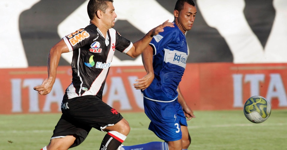 Diego Souza disputa a bola com zagueiro do Olaria no jogo deste domingo (17/04/2011)