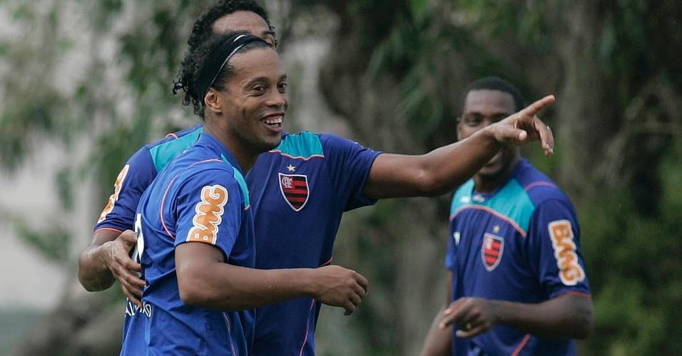 Ronaldinho Gaúcho sorri em treinamento do Flamengo no Ninho do Urubu (15/04/2011)