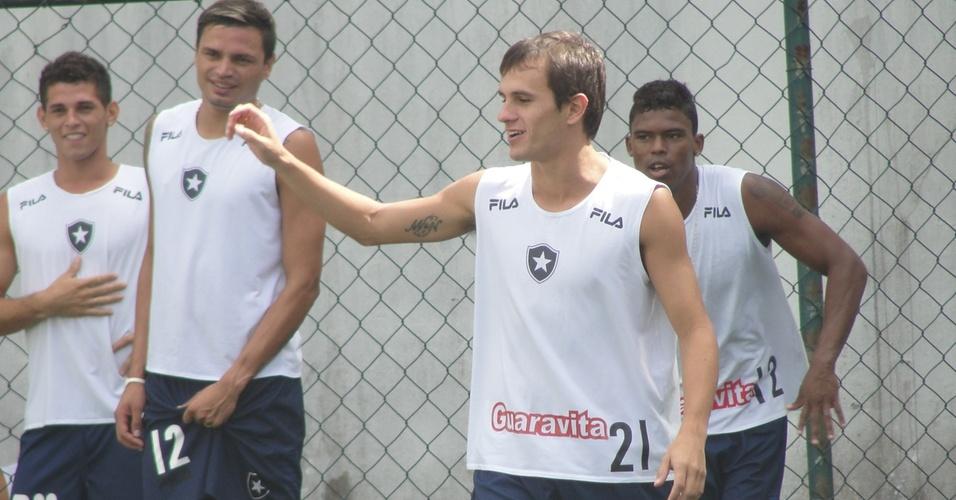 Lateral Lucas brinca com os companheiros durante treino do Botafogo (17/03/2011)