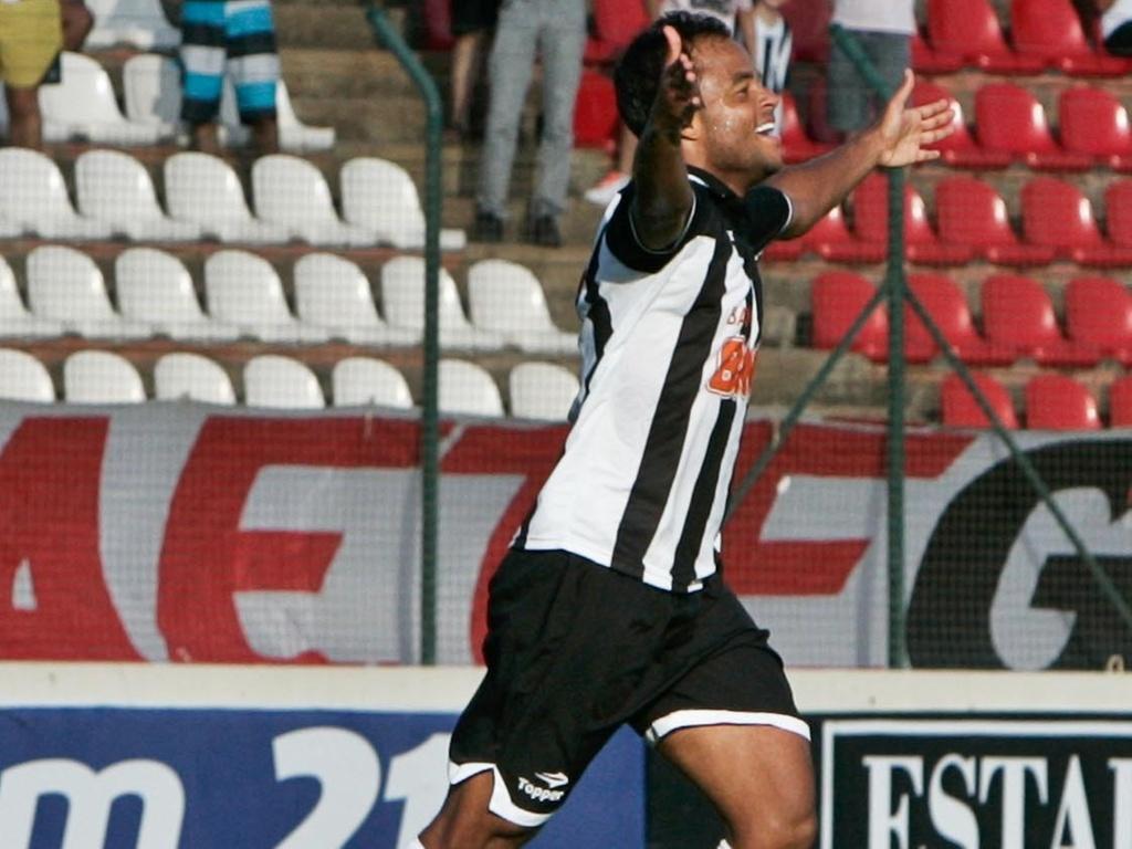 Mancini comemora gol diante do América-TO (19/4/2011)