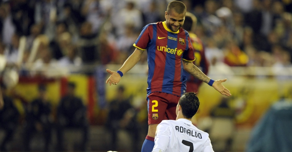 Daniel Alves brinca com Cristiano Ronaldo no clássico entre Barcelona e Real Madrid (abril/2011)