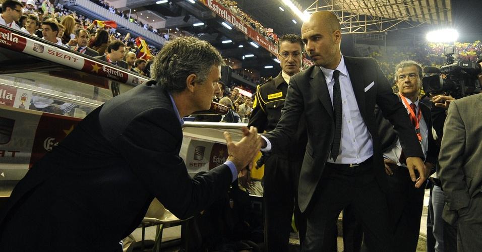 José Mourinho e Guardiola dão as mãos antes do duelo entre Real Madrid e Barcelona