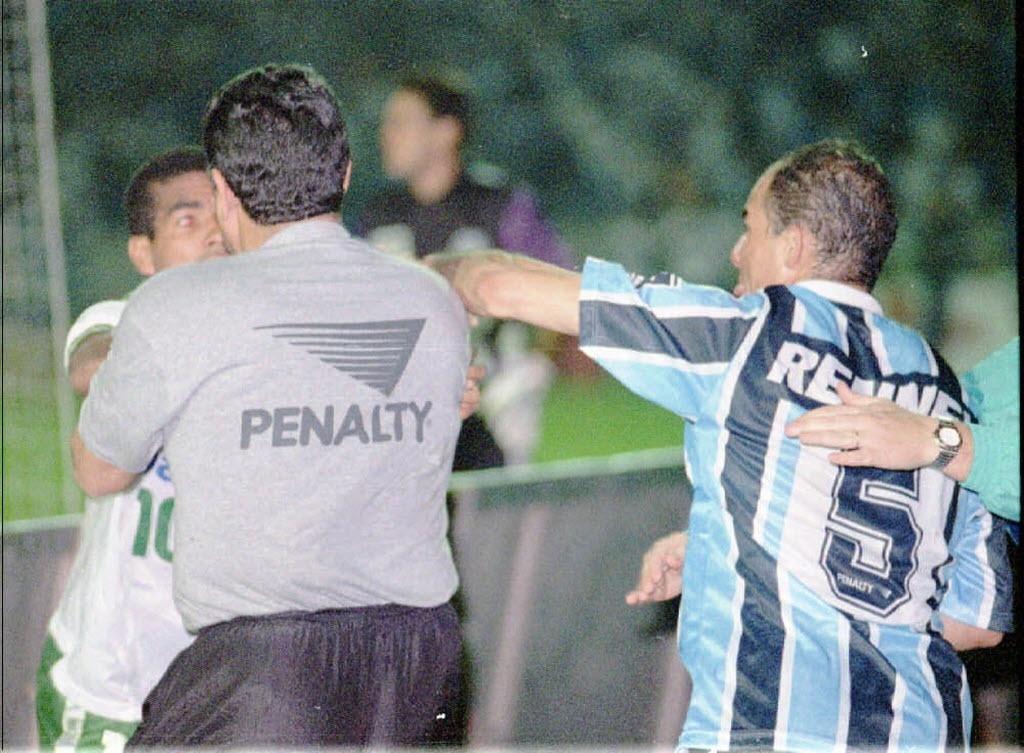 Dinho tenta agredir Válber em briga entre Grêmio e Palmeiras; ex-volante tem escolinha de futebol em Porto Alegre
