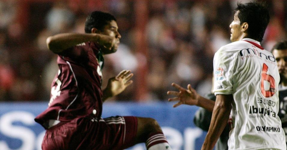 Gum (e), do Fluminense, briga com Escudero, do Argentinos Juniors, após jogo da Libertadores (20/04/2011)