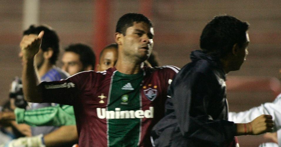 O zagueiro Gum, do Fluminense, parte para a briga após o fim do jogo contra o Argentinos Juniors (20/04/2011)