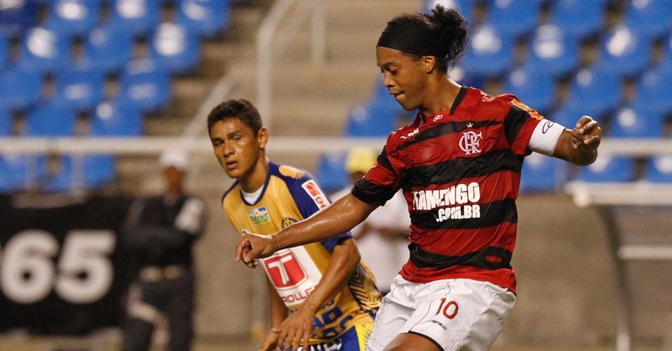 Ronaldinho em ação no empate do Flamengo com o Horizonte-CE pela Copa do Brasil