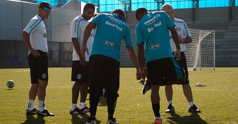 Carlos Alberto mostra, em treino do Grêmio, que não é possível chuteira no sintético (22/04/2011)