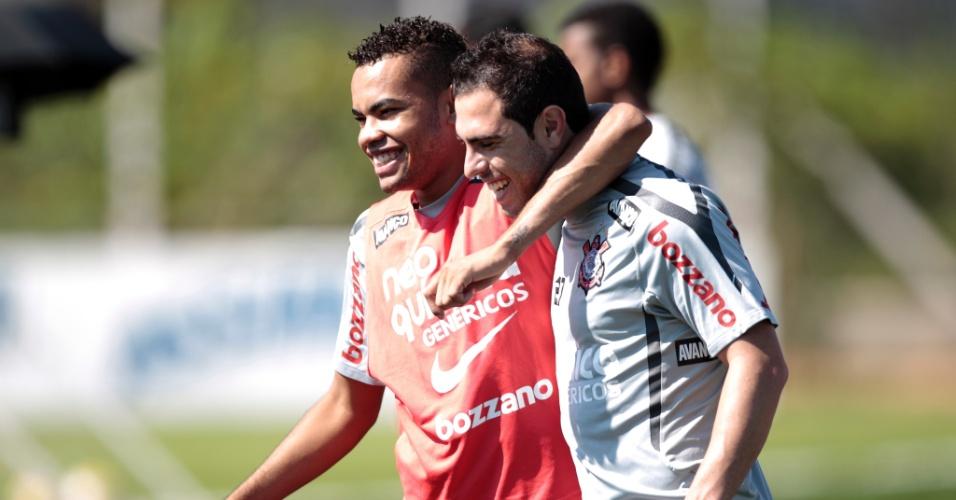 Dentinho abraça Bruno César em treino do Corinthians (22/04/2011)