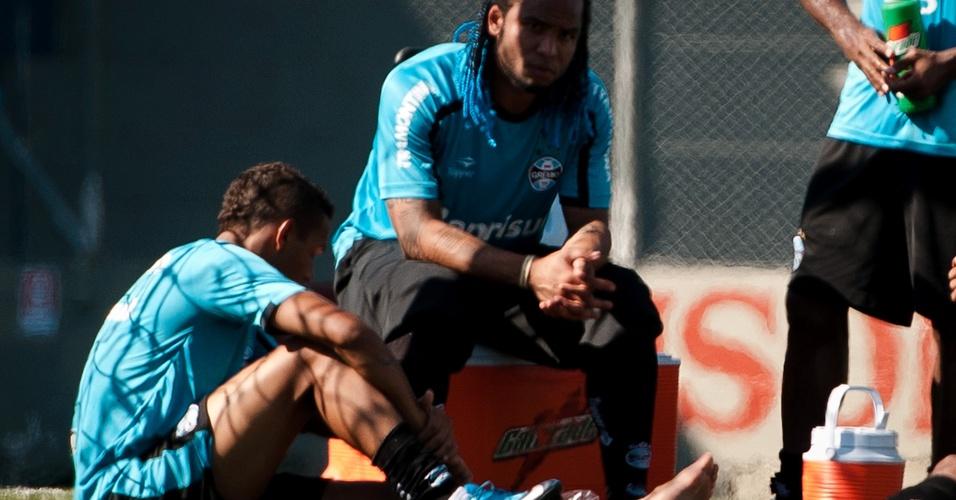 Gilson sente lesão no tornozelo esquerdo em treino do Grêmio (22/04/2011)