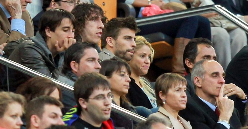 Puyol, Piqué e Shakira acompanham o jogo entre Barcelona e Osasuna, pelo Campeonato Espanhol (23/04/2011)