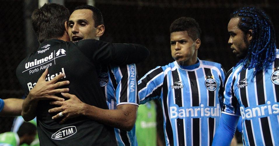 Renato Gaúcho abraça Rafael Marques, autor do terceiro gol do Grêmio x Cruzeiro (23/04/2011)