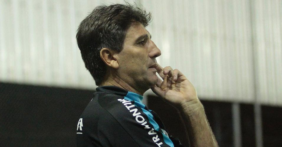 Renato Gaúcho orienta o Grêmio em jogo contra o Cruzeiro (23/04/2011)