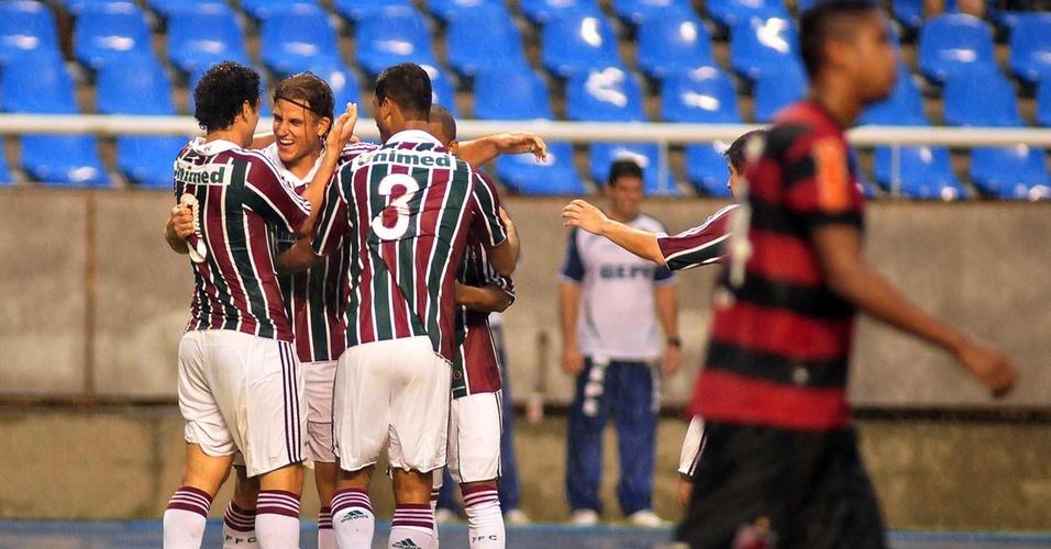 Fred e Gum comemoram com Rafael Moura após o gol marcado no clássico diante do Flamengo no Engenhão (24/04/2011)