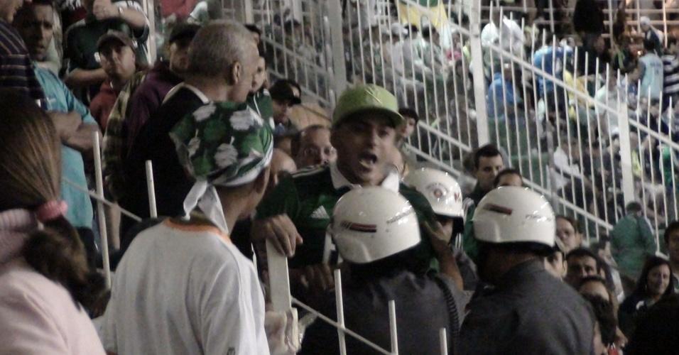 Torcedor ameaça crianças e é detido por policiais nas cadeiras cativas do Pacaembu