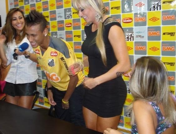Neymar brinca com Sabrina Sato e as panicats no CT Rei Pelé (25/04/2011)