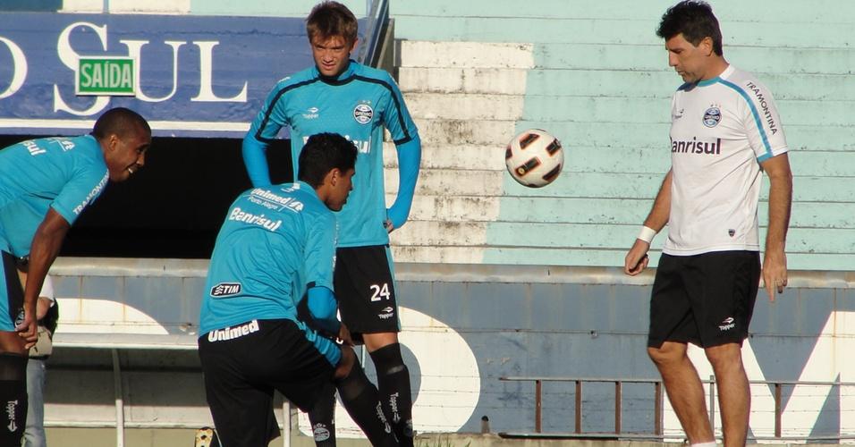 Renato Gaúcho conversa com Neuton, que será titular em Grêmio x U. Católica (25/04/2011)