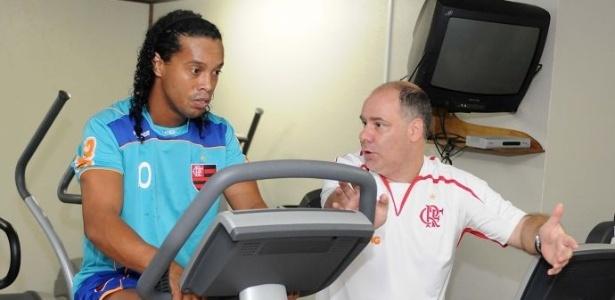 Ronaldinho faz trabalho na sala de musculação do CT Ninho do Urubu (26/04/2011)