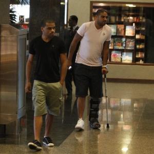 Adriano, ainda com bota, passeia no Shopping da Barra da Tijuca, no Rio de Janeiro