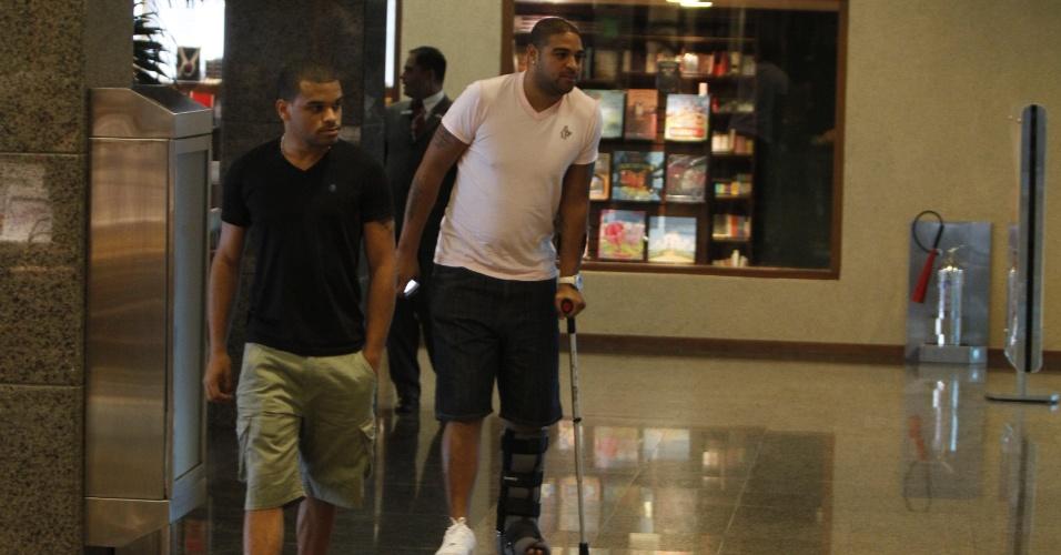Adriano passeia no Shopping da Barra da Tijuca, no Rio de Janeiro, durante a recuperação de uma cirurgia no pé esquerdo