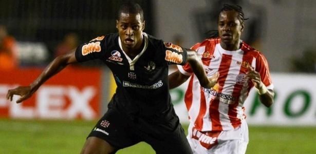 Dedé, do Vasco, protege a bola diante da marcação do jogador do Náutico (27/04/2011)