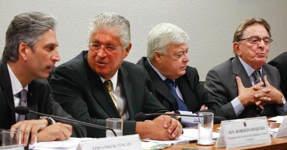 Presidente do Cade, Fernando Furlan (à esquerda) participa de audiência pública ao lado do senador Roberto Requião, do presidente da CBF, Ricardo Teixeira, e do presidente do C13, Fábio Koff (27/04/2011)