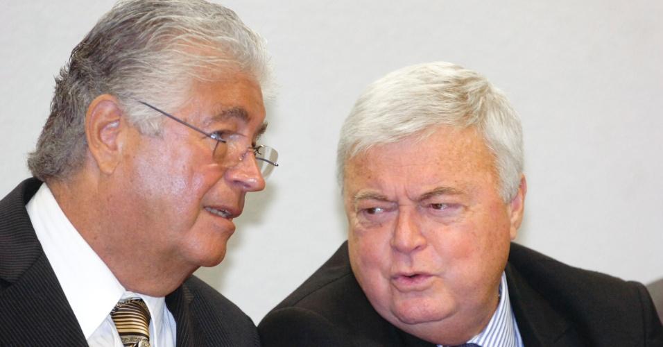 Senador Roberto Requião (PMDB-PR) e Ricardo Teixeira, presidente da CBF, conversam durante audiência sobre direitos de TV no Senado (27/04/2011)