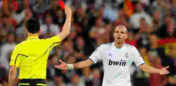 Árbitro Wolfgang Stark exibe vermelho para Pepe, no clássico entre Real e Barça - Manu Fernandez/AP - Manu Fernandez/AP
